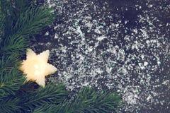 Tarjeta de Navidad del vintage con la vela, ramas de árbol de abeto imagen de archivo libre de regalías