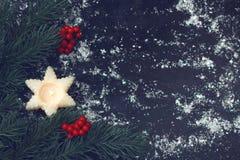 Tarjeta de Navidad del vintage con la vela, ramas de árbol de abeto, berri rojo fotos de archivo