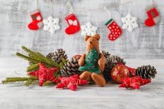 Tarjeta de Navidad del vintage con las decoraciones de la Navidad en la madera rústica Imagen de archivo libre de regalías