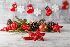 Tarjeta de Navidad del vintage con las decoraciones de la Navidad en la madera rústica Fotos de archivo