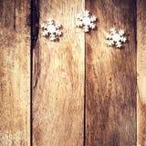 Tarjeta de Navidad del vintage con los copos de nieve blancos. Decorati de la Navidad Foto de archivo libre de regalías