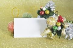 Tarjeta de Navidad en blanco con el ornamento de la Navidad Imagen de archivo