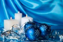 Tarjeta de Navidad en blanco y chucherías azules Imagen de archivo libre de regalías