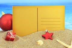 Tarjeta de Navidad en la playa Fotos de archivo
