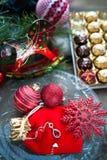 Tarjeta de Navidad en tonos rojos Tema de los regalos por el Año Nuevo Foto de archivo