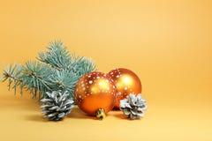 Tarjeta de Navidad en un fondo del oro Foto de archivo libre de regalías