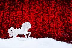 Tarjeta de Navidad en un fondo rojo Imagen de archivo libre de regalías