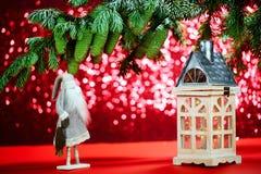 Tarjeta de Navidad en un fondo rojo Helada de abuelo, pequeño hou imágenes de archivo libres de regalías