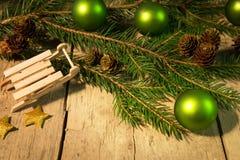 Tarjeta de Navidad festiva con las bolas verdes Imagen de archivo libre de regalías