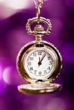 Tarjeta de Navidad fondo con un reloj y las decoraciones Macro Foto de archivo libre de regalías