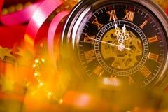 Tarjeta de Navidad fondo con un reloj y las decoraciones Macro Foto de archivo