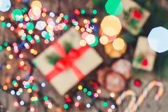 Tarjeta de Navidad Galletas chocolate, regalos, mandarinas, caramelo de la Navidad en fondo de la luz de la falta de definición Fotografía de archivo