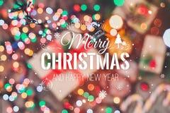 Tarjeta de Navidad Galletas chocolate, regalos, mandarinas, caramelo de la Navidad en fondo de la luz de la falta de definición Fotos de archivo