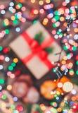 Tarjeta de Navidad Galletas chocolate, regalos, mandarinas, caramelo de la Navidad en fondo de la luz de la falta de definición Imagen de archivo