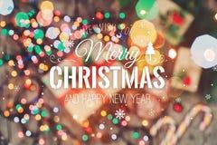 Tarjeta de Navidad Galletas chocolate, regalos, mandarinas, caramelo de la Navidad en fondo de la luz de la falta de definición C Foto de archivo libre de regalías