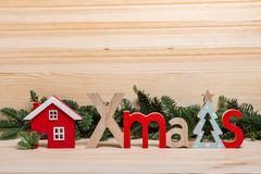Tarjeta de Navidad La ciudad del Año Nuevo, casa, letras de madera la Navidad, saludo de la Navidad Casa de madera de la Navidad imágenes de archivo libres de regalías