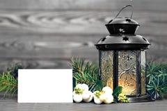 Tarjeta de Navidad: Linterna y decoración natural de la Navidad Foto de archivo libre de regalías