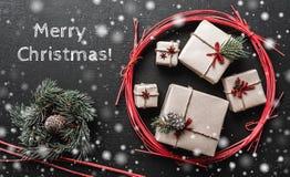 Tarjeta de Navidad moderna con el mensaje para amados, fondo de la Navidad Foto de archivo