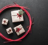 Tarjeta de Navidad moderna con los regalos especiales para sus amados Fotos de archivo