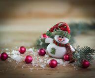 Tarjeta de Navidad muñeco de nieve del juguete en un fondo festivo Foto de archivo libre de regalías