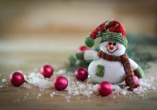 Tarjeta de Navidad muñeco de nieve del juguete en un fondo festivo Fotos de archivo libres de regalías