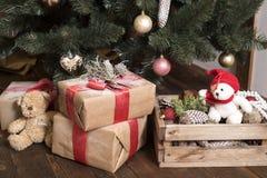Tarjeta de Navidad Nuevas imágenes de la decoración casera en marrón Imágenes de archivo libres de regalías