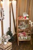 Tarjeta de Navidad Nuevas imágenes de la decoración casera en marrón Imagen de archivo libre de regalías