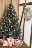 Tarjeta de Navidad Nuevas imágenes de la decoración casera en marrón Fotografía de archivo