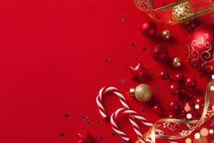 Tarjeta de Navidad o bandera Decoraciones de la Navidad en fondo rojo foto de archivo