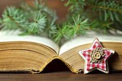 Tarjeta de Navidad: Ornamento asteroide, bayas de la Navidad y un libro viejo Imagen de archivo libre de regalías