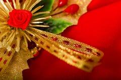 Tarjeta de Navidad Paño rojo con las decoraciones Fotografía de archivo