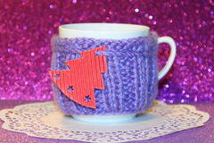 Tarjeta de Navidad: taza púrpura de Navidad - fotos comunes Foto de archivo