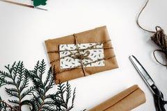Tarjeta de Navidad y regalo simples en papel del arte p hecho a mano rústico Foto de archivo