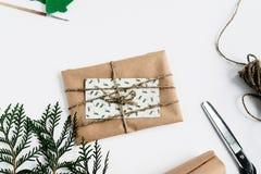 Tarjeta de Navidad y regalo simples en papel del arte p hecho a mano rústico Imagenes de archivo