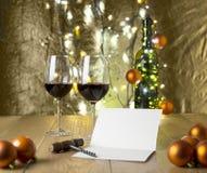 Tarjeta de Navidad y vino Imagen de archivo libre de regalías