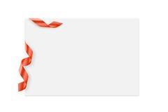 Tarjeta de nota con el arco de la cinta en el fondo blanco, la parte que acorta, la Feliz Año Nuevo del concepto y la Navidad Imágenes de archivo libres de regalías