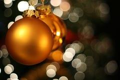 Tarjeta de oro de la bola de la Navidad Fotografía de archivo