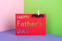 Tarjeta de papel del padre del día feliz creativo del ` s con el bigote Imagen de archivo