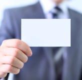 Tarjeta de papel en mano del hombre   Imagen de archivo