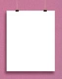 Tarjeta de papel en una pared rosada. Foto de archivo