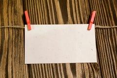 Tarjeta de papel para la inscripción en fondo de madera Imagenes de archivo