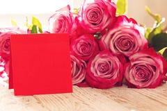 Tarjeta de papel roja en blanco para las tarjetas del día de San Valentín o el día de la madre o de la mujer Fondo con las rosas  Imagen de archivo libre de regalías