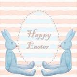 Tarjeta de pascua con dos juguetes del conejito y un huevo de Pascua en viejo-moda Imagen de archivo
