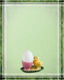 Tarjeta de pascua con el pollo Fotos de archivo libres de regalías