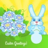 Tarjeta de pascua con flores azules y un conejo Fotos de archivo