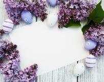 Tarjeta de pascua con las flores de la lila imagenes de archivo