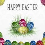 Tarjeta de pascua con los huevos pintados coloridos en la hierba ilustración del vector