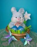 Tarjeta de pascua - conejito, huevos en cesta - foto común foto de archivo