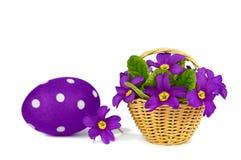 Tarjeta de pascua: Flores del huevo y de la primavera de Pascua aisladas en blanco Fotos de archivo libres de regalías