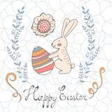 Tarjeta de pascua linda con el conejito de pascua que sostiene el huevo Imagen de archivo
